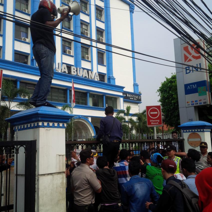 Aksi unjuk rasa di depan Gedung Tedja Buana